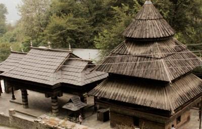 Храм Трипура - Сундари. То, что поровнее, слева - это каменная крыша.