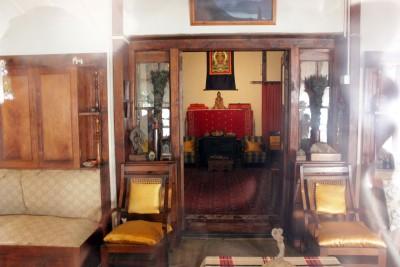 Внутренняя обстановка в доме Рерихов. Фото сквозь стекло