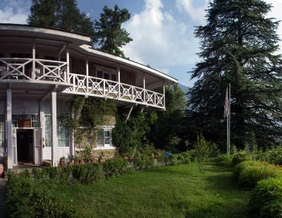 Вид на дом Рерихов с лестницы, ведущей к месту самадхи Н.К.Рериха