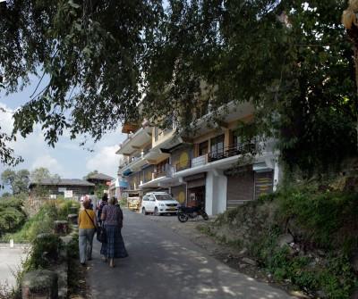 Множество домов на сваях, вбитых в склон горы. В-основном кафешки и отели